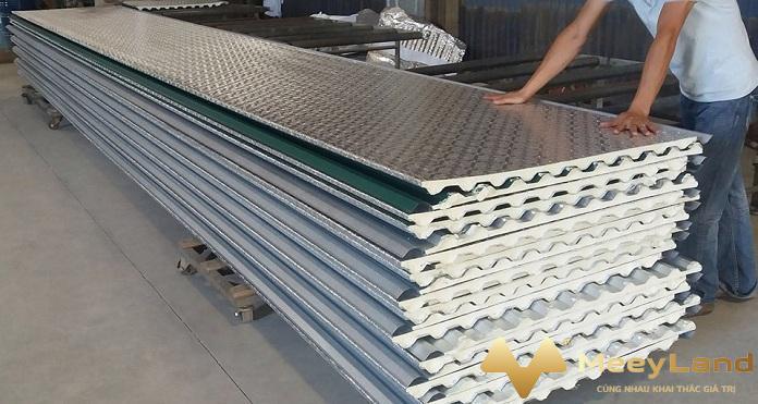 2 anh 2 cach nhiet bang ton lop cach nhiet nguon internet - Mách bạn 10 + giải pháp chống nóng cho nhà mái tôn hiệu quả - giai-phap-xay-dung