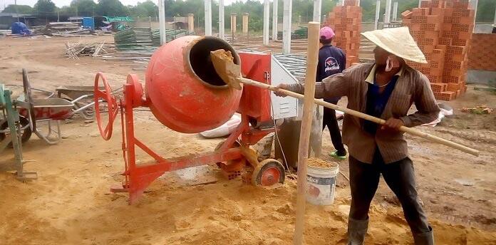 Anh 3 Cong nhan dang tien hanh tron vua - Trình tự kỹ thuật xây tường gạch trong xây dựng chi tiết nhất - giai-phap-xay-dung